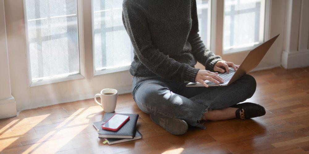 Lucrezi de acasă. Cum afectează hainele starea ta, motivația și productivitatea